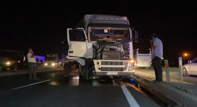 Traktörün Devrildiği, Tırın Hurdaya Döndüğü Kazayı Yara Almadan Atlattılar