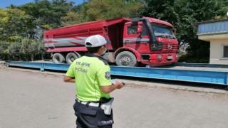 Işık ve Tonaj İhlali Yapan Kamyon Sürücüsüne 7 Bin 672 TL Ceza Kesildi